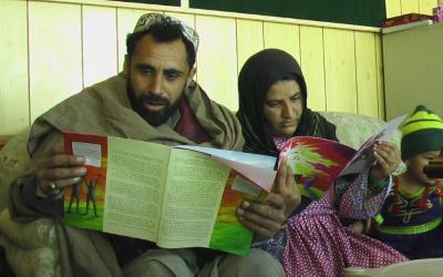Zwei Personen lesen eine Zeitschrift